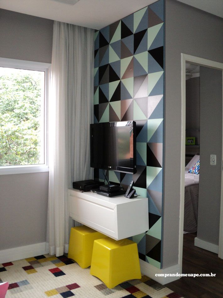 O papel contact vez as vezes de tinta e deu um ar renovado para a sala. As cores escolhidas foram neutras para que combinassem com a decor da sala.