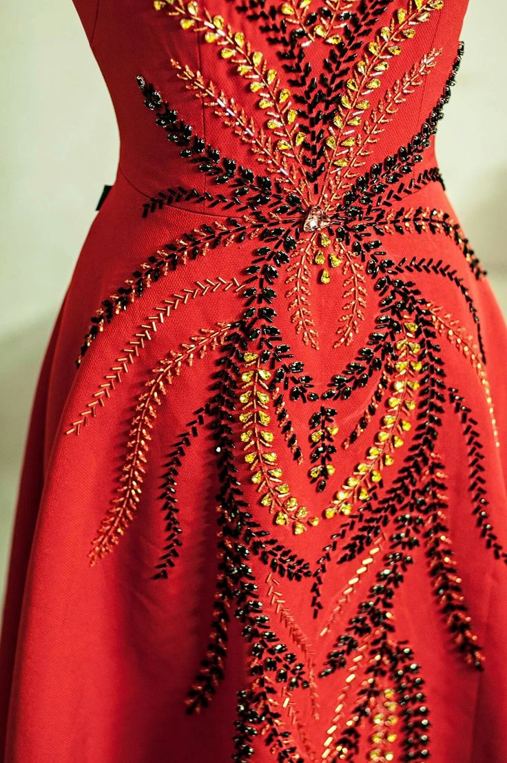 Johnny Nguyen Fall 2016 #fashion #red #dress #beading