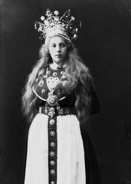 Digitalt Museum - Studiofotografi av kvinne med brudedrakt og brudekrone fra Sogn. Utslått hår. 3/4 dels utsnitt.Vendt mot venstre. Ser mot høyre.