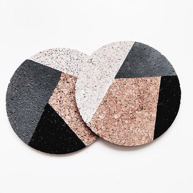 Kurken onderzetters met een likje verf, super simpel maar zo leuk! #cork #kurk #paint #acrylic #white #minimal #diy #interior #home #decor #geometric #art #interieur #coaster