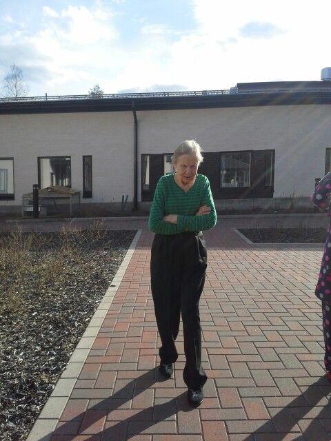 Lahja kävelyllä Eijan kanssa 28.4.15