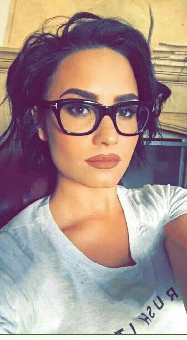 demi lovato is SOO pretty and a great singer I aspire to be like her <3