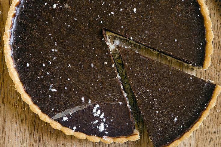 La torta cruda mascarpone e cioccolato è deliziosa ed elegante, e sembra incredibile che non sia cotta, dovete solo far sciogliere la cioccolata.