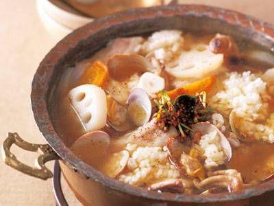 コウ ケンテツ さんの豚バラ肉を使った「鍋クッパ」。豚肉とあさりのダブルだしをつかったスープは抜群のおいしさ!一口食べれば思わず「は~」と声がもれますよ。 NHK「きょうの料理」で放送された料理レシピや献立が満載。