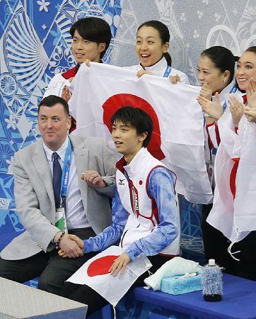http://hochi.yomiuri.co.jp/sports/winter/news/20140207-OHT1T00080.htm  【フィギュア】羽生、SP首位で団体4位発進!◆羽生結弦「上出来。自分自身を褒めてあげていい。日本のために10点取れてほっとした。(団体は)僕だけのスケートじゃないので緊張した。非常にいい感覚で個人戦にいける」   ◆ オーサー・コーチ「(羽生の演技は)とてもうれしい。十分な演技だった。ウオーミングアップからの取り組みや精神面までコントロールできるようになり、とても成長を感じる」