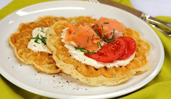 Waffles Salados con Salmón y Queso Crema