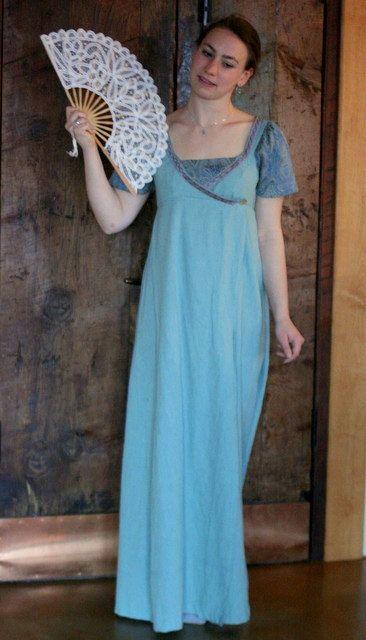Cuando llegué el magnífico algodón verde azulado que hace la mayor parte de esta casa vestido, me di cuenta que es el color del fondo en uno de mis cuadros favoritos, El nacimiento de Venus de Botticelli. Fue diseñado originalmente como un magnífico vestido de regencia, pero tal vez como resultado de su tocayo terminó siendo igualmente creíble como una prenda de vestir desde los mediados a finales del siglo XV. El color verde azulado hermoso de la blusa y la falda es acentuado por un…