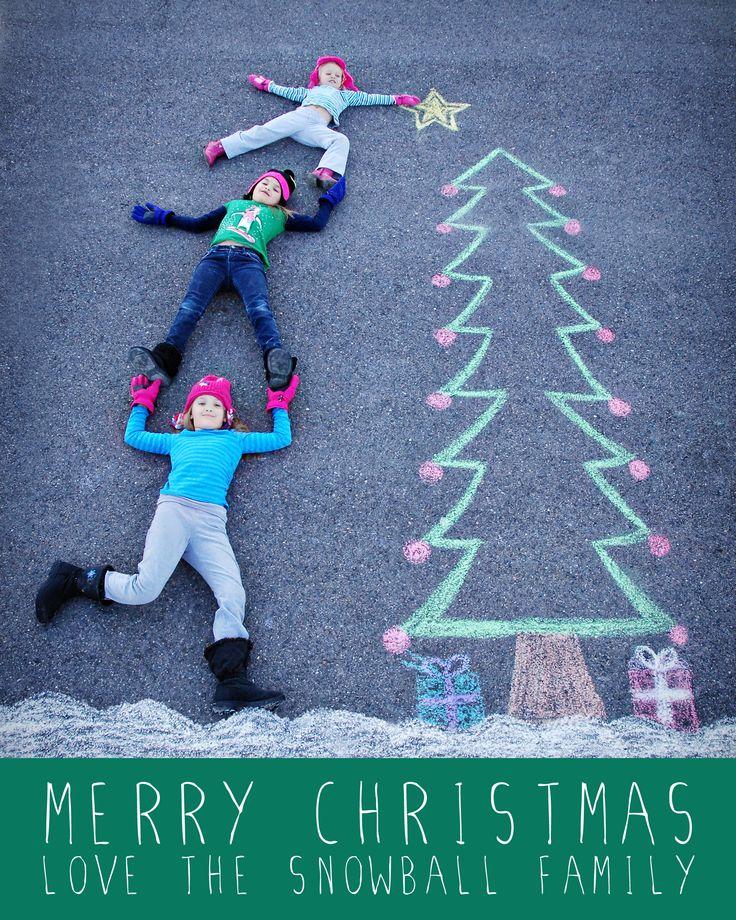 Carte de Noël : photo enfants allongés sur la route et dessin de sapin à la craie