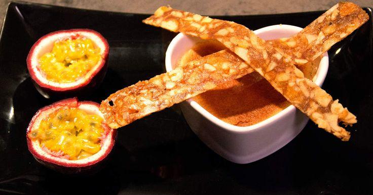 Brunbränd crème brûlée med mandelstänger. Krispig och god efterrätt som bryts av med syrlig passionsfrukt.