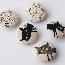gatos dibujados en piedras