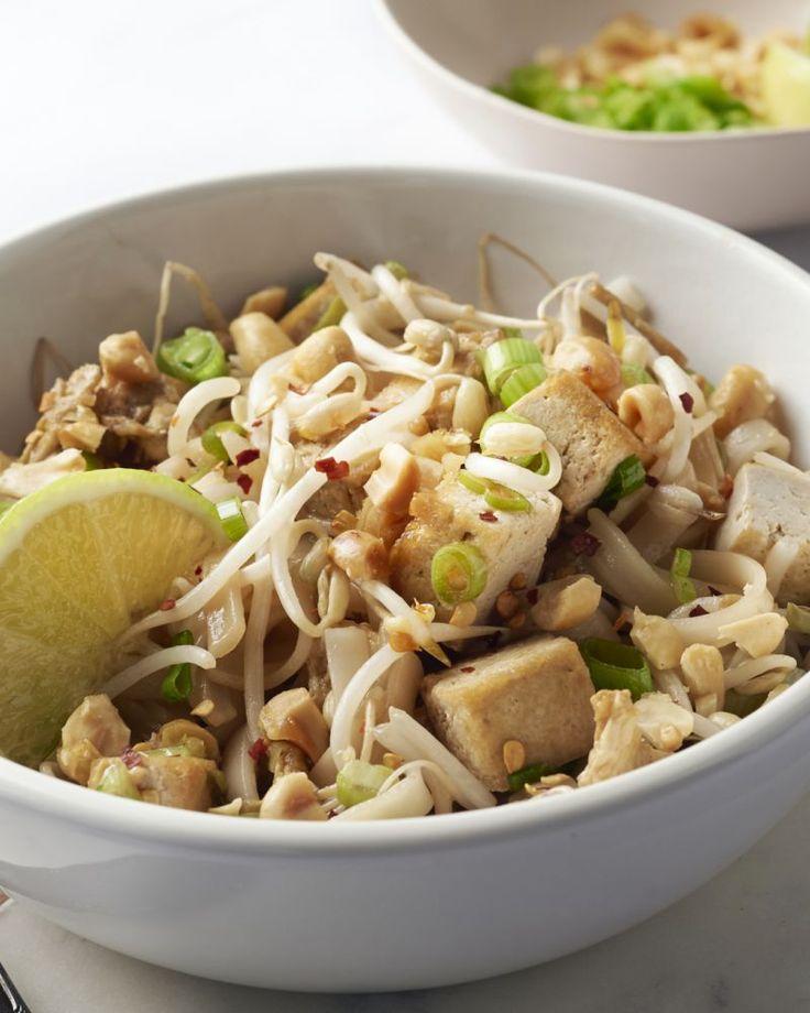 Pad thai is het nationale gerecht uit de Thaise keuken. Deze gewokte noedels zijn ook heel lekker in een vegetarische versie met tofu erbij.