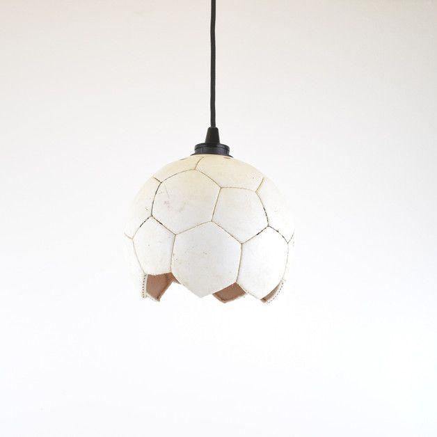 Vintage Deckenlampen aus einem alten Fußball. Das perfekte Geschenk für alle Fußballfans. Geschenk kaufen von Nalfion via DaWanda.com