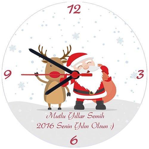 Noel baba ve sevimli geyiği yardımı il yeni yıl mesajınızı sevdiklerinize iletmeye ne dersiniz? Karlı Mutlu Yıllar Ürünlerinin Duvar saati, kupa bardak, sihirli kupa ve magnet olmak üzere 4 farklı çeşidi bulunmaktadır. Sipariş verdiğinizde bir adet ürün gönderilecektir.