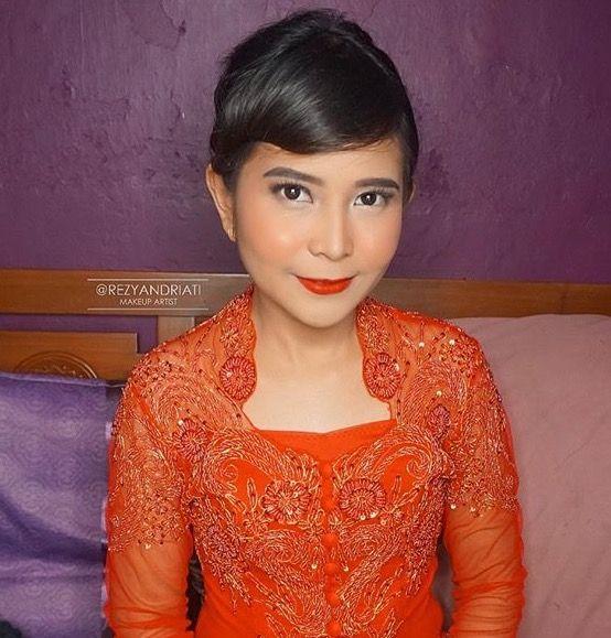 What makes a woman, woman? Prewedding Ideas, Jakarta Wedding, Kebaya   Make up by: @rezyandriati (IG) . . #kebaya #weddingideas #jakartawedding #weddingphotography #preweddingideas #preweddingphotography