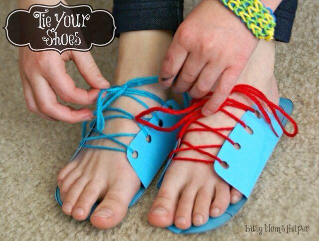 Para treinar o 'amarrar os sapatos' existem várias técnicas e até brinquedos, mas que tal imprimir um sapato de papel e fazer esse treino