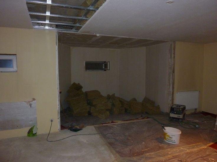 Die Wand der alten Aufnahmekabine wurde eingerissen. Die Kabine wurde durch den neuen Aufnahmeraum ersetzt. Teile der abgehängten Decke wurden entfernt, damit die neuen Schallschutzwände entkoppelt konstruiert werden konnten.