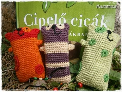 Cipelő cicák - horgolt gyermekjáték, MammusCreative, meska.hu #crochet #cat #toy
