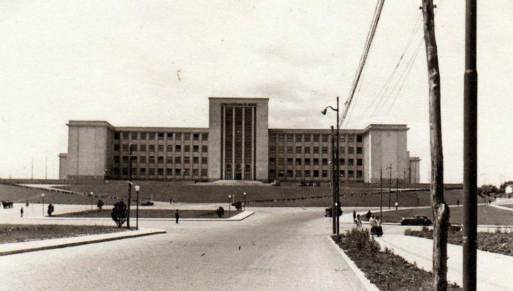"""1940-Universitatea Națională de Apărare """"Carol I"""" continuă tradiția școlii de stat major fondată în anul 1889, de către gen. Ștefan Fălcoianu, care purta numele de Școala Superioară de Resbel. La momentul înființării, aceasta era a șasea școală de stat major din Europa.Clădirea actuală a fost inaugurată în decembrie 1939, fiind construită după planurile arhitectului Duiliu Marcu de către antrepriza """"Inginer Emil Prager""""."""