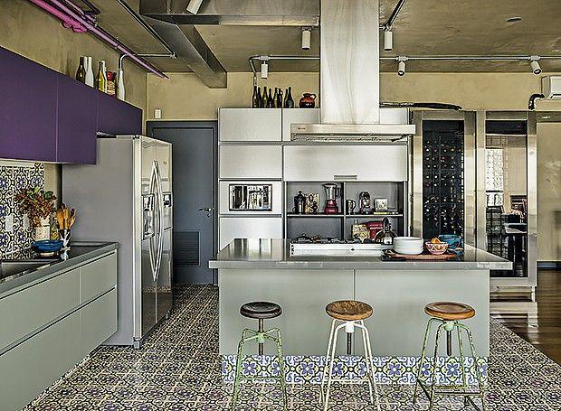 Acredite: são armários planejados!Cozinha roxa e cinza, arquitetura industrial, azulejaria, piso hidráulico