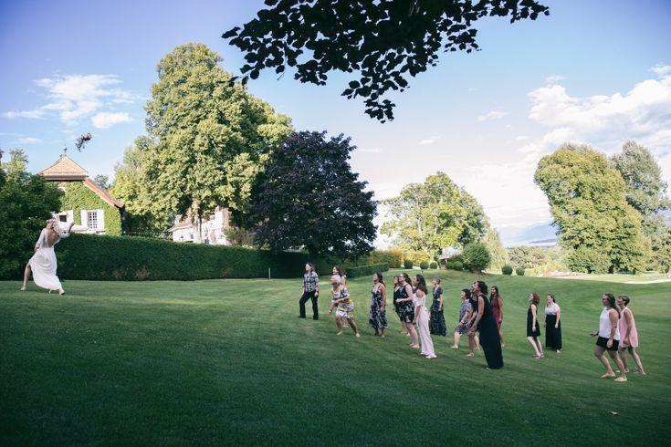 {Les événements de Victoria} Retour sur le superbe mariage du 29 juillet 2017 <3  Une magnifique mariée dans sa robe toute en délicatesse, au bouquet retombant. Une très joli union dans un château avec son grand jardin!  Il y avait des Dahlias, des petites Roses branchues, des Astrancias, de l' Hortensia, du Ceropegia & de l' Eucalyptus.  Les rendez-vous mariages continuent, n'hésitez pas à contacter l'atelier pour toute demande.  info@lespenseesdastride.ch ou 079/135.38.40