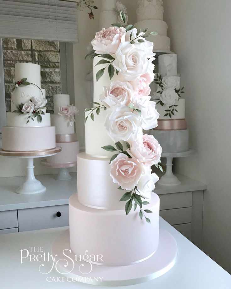 Erröten Sie rosa, Schimmerzuckerblumen-Kaskadenhochzeitstorte   – Lindas tortas de novios
