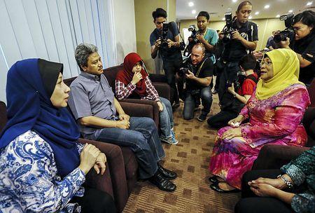 20日、クアラルンプール南方のプトラジャヤで、マレーシア機撃墜事件の犠牲者家族と面会するロハニ女性・家族・社会開発相(右)(EPA=時事) ▼21Jul2014時事通信|遺族にカウンセリング提供=マレーシア http://www.jiji.com/jc/zc?k=201407/2014072100252