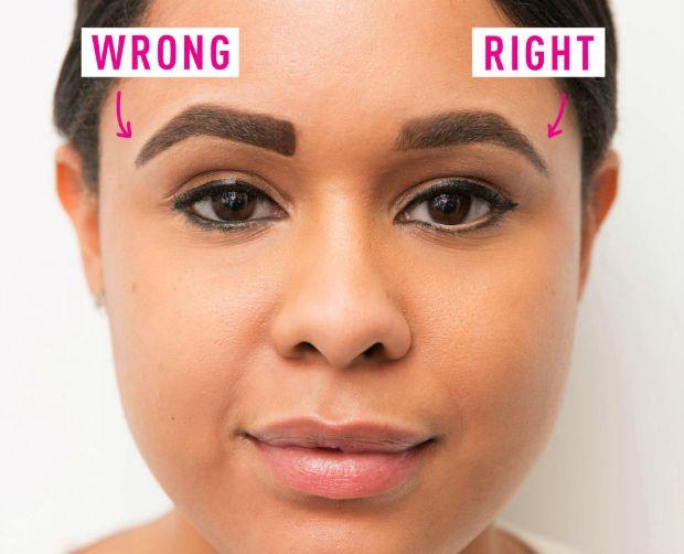 Errado vs certo. No canto interior da sobrancelha, não marque muito, esfume e deixe bem leve o preenchimento.