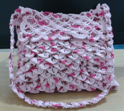 Crochet vintage purse. Size 22cmx18cm. Technique : crocodile stitch for purse, broomstick for the strap. Material : splash cotton yarn