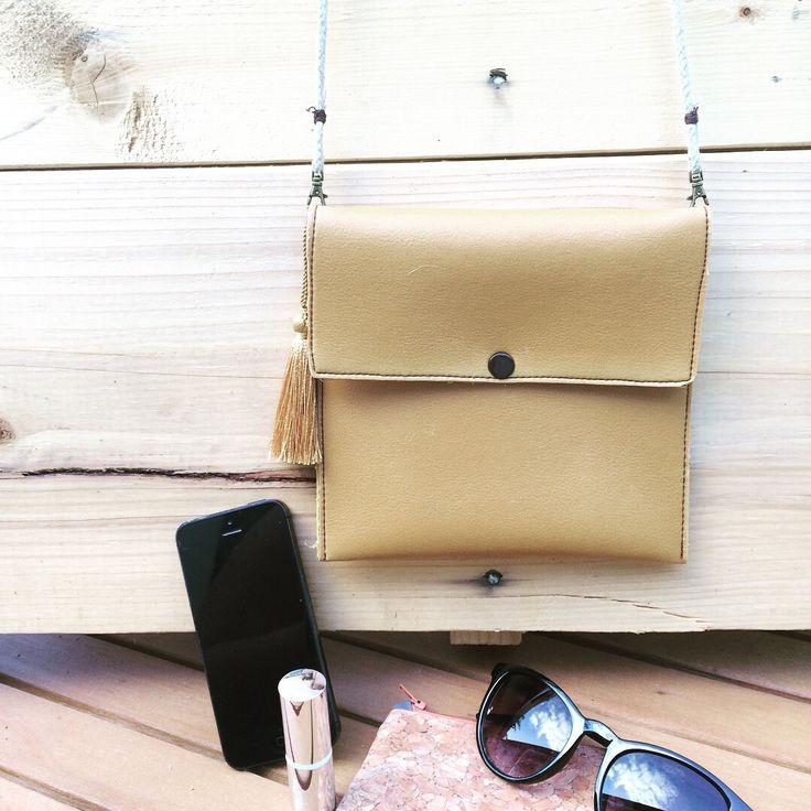 Petit sac bandoulière en cuir camel : Sacs bandoulière par marakamax