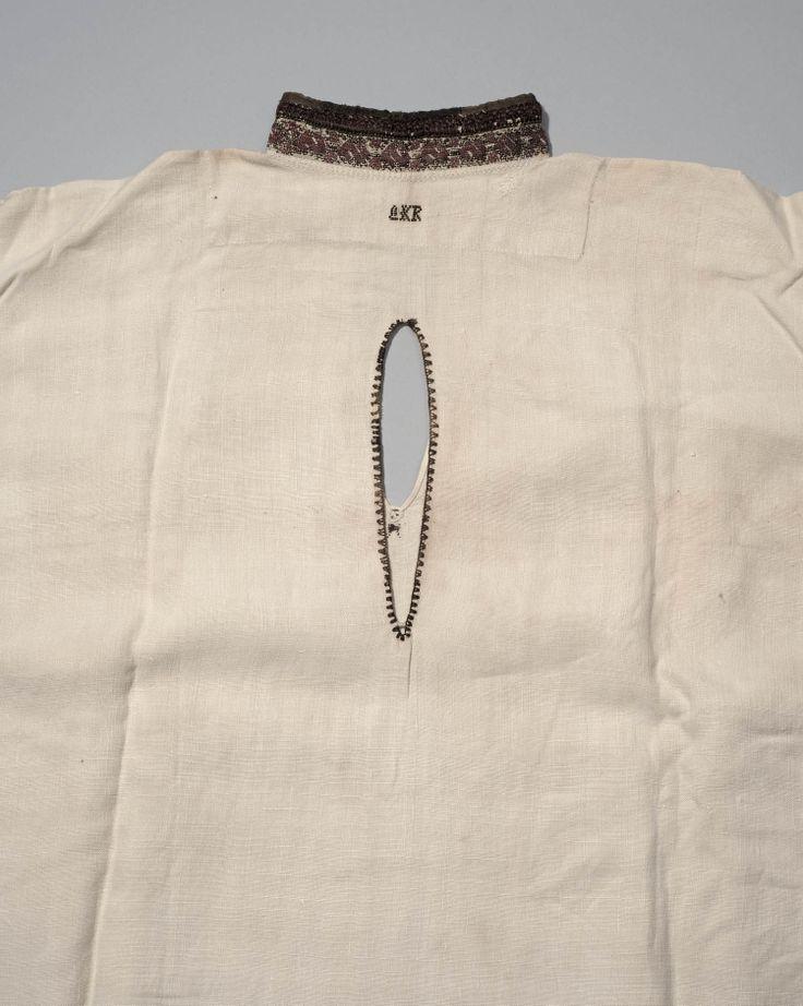 Wit linnen hemd met geborduurde halsboord en manchetten en de initialen L.K.R., voor 1943. Een hemd als dit werd gedragen door de moeder wanneer haar kindje werd gedoopt. Het split werd op de rug gedragen. In het voorpand zit een vertikaal split waardoor de baby gezoogd kan worden. #NoordHolland #Marken