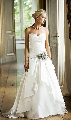 Statige couture jurk in een luxueuze 100 % zijden micado.