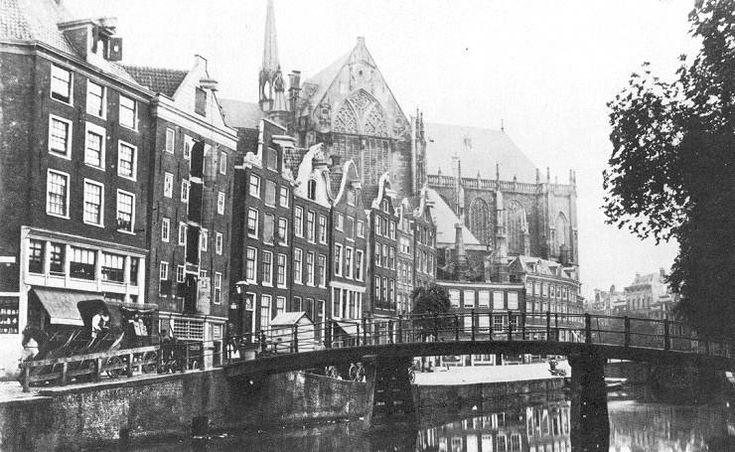 Nieuwezijds Voorburgwal voor demping in 1884.