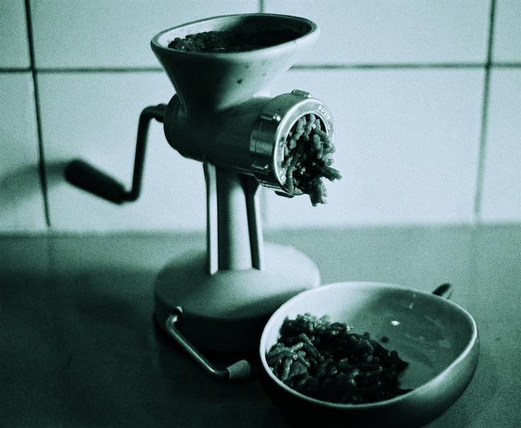 1970 - un mini appareil pour hacher la viande, en plastique turquoise, collection privée © Solo-Mâtine