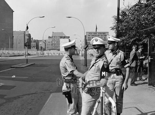 Checkpoint Charlie, 1967 leicar6/Timeline Images #60er #60s #1960er #1960s #MilitaryPolice #Militärpolizei #US #Berlin #ColdWar #KalterKrieg #Kontrollpunkt