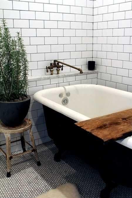 Un bain sur patte noir, des tuiles blanches et des plates vertes, c'est toujours aussi beau.