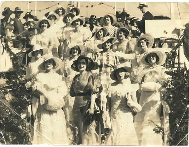 MP 327. Ladies at the Henley-on-Yarra Regatta; 1933.