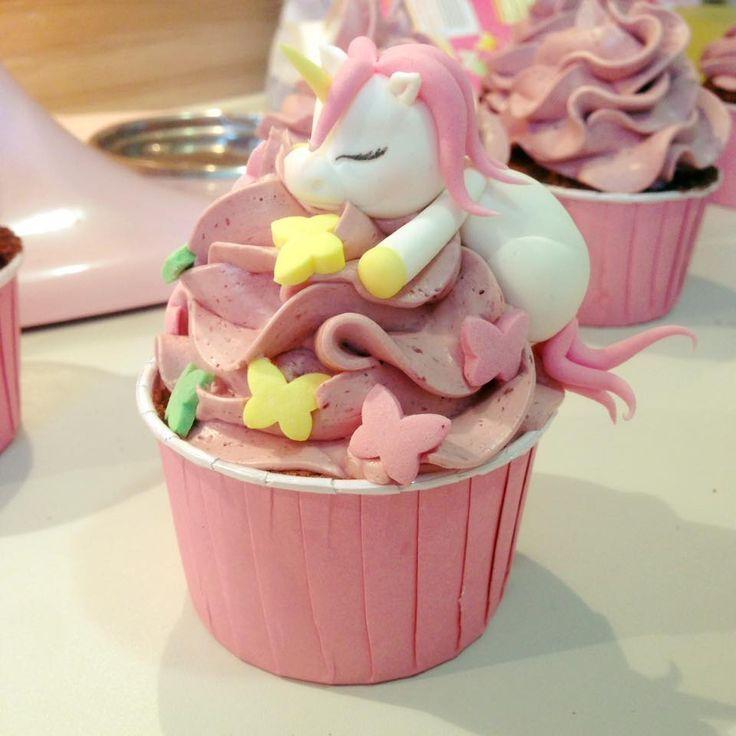 Einhorn schläft auf Cupcake