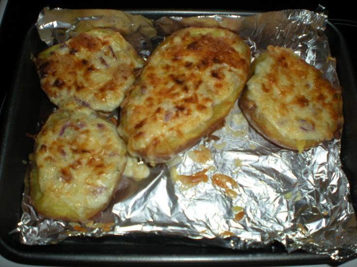 Kapros juhtúróval töltött krumpli: nagy krumplikat megfőzni héjában, majd kikaparni a belsejét. Töltelék: juhtúró, tojás, aprított lilahagyma, só, bors, pici tejföl, kapor. Tetejére sajt!