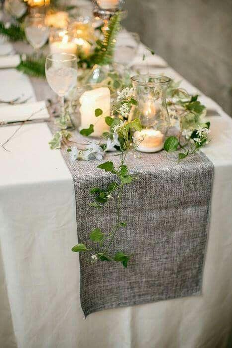 Table : nappe blanche et chemin de table gris en lin, lierre, vaisselle blanche et bougies