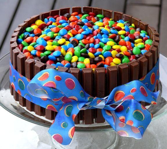Aprenda a fazer o bolo Kit Kat que deixa as festas lindas sem muito esforço!