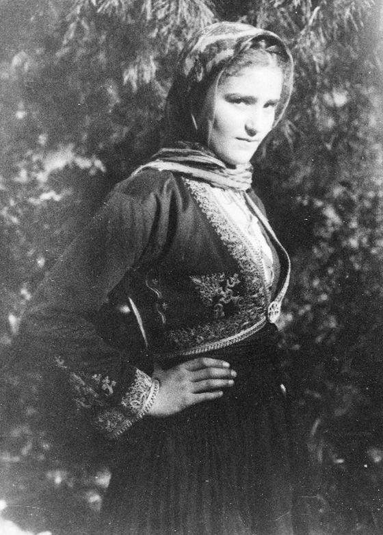 Μανιάτισσα με τοπική φορεσιά. Πέτρου Καλονάρου: Οδοιπορικό στη Μάνη 1920-1935. www.manivoice.gr