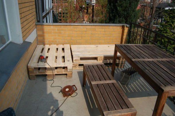 Die Gartensaison ist eröffnet. Zeit also, sich eine Bank aus einer Palette zu bauen. Weitere DIY-Tipps zum Thema Europalette findet ihr auf Geschnackvoll.de