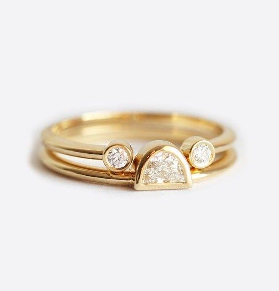目の覚めるようなダイヤモンドのセットリング。このセットは、ハーフムーンダイヤモンドのソリティアリングとダイヤモンドのオープンリングを含みます。エンゲージリング&マリッジリングとしてぴったりです。商品の詳細<天然石>・ハーフムーンダイヤモンド 0.18カラット、明度VS〜SI、色度G・ラウンドダイヤモンド(2) 0.06全カラット、明度VS、色度F〜G☆!ダイヤモンドは、コンフリクトフリーです!☆<金属>・18kソリッドゴールド・バンドの幅 1.5mm写真のリングは、イエローゴールドですが、ホワイトゴールド、ローズ(ピンク)ゴールドでも作製できますので、忘れずにゴールドの色を備考欄にご記入ください。【注意点】※16号以上を希望する方は購入前にご連絡ください。※別々に購入することが可能です。ハーフムーンリングはこちらへhttps://www.creema.jp/exhibits/show/id/872493オープンリングはこちらへhttps://www.creema.jp/exhibits&#...