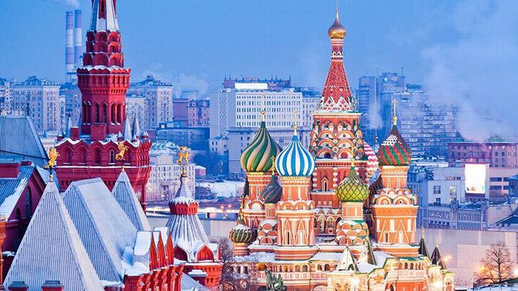 Moscou. Sur la place Rouge, l'une des plus grandes du monde, la cathédrale Saint-Basile-le-Bienheureux et ses bulbes colorés, édifiée au XVIe siècle. Elle est le centre et le symbole de Moscou, qui compte 9 millions d'habitants.