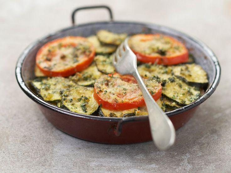 Découvrez la recette Gratin de courgettes au chèvre et à la tomate sur cuisineactuelle.fr.