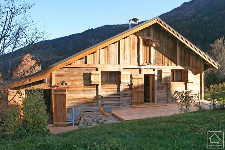Maison à Les Contamines-Montjoie, France. Renovated traditional wooden mountain chalet set back from main road in Les Contamines-Montjoie.  The chalet (with adjoining apartment) is well equipped & has a bright main room with vaulted ceiling, sunny terrace & views of Dome de Miages & Mont ...