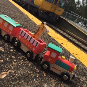 Drevený vláčik Cirkus so zvieratkami francúzskej značky Janod poteší dievčatá i chlapcov od 18 mesiacov.  Drevený vlak s cirkusovými zvieratkami patrí do série hračiek Story Train Set, v rámci ktorej je možné všetky drevené hračky dopĺňať a vzájomne kombinovať, a tak si dieťa môže  vybudovať vlastné malé mestečko.