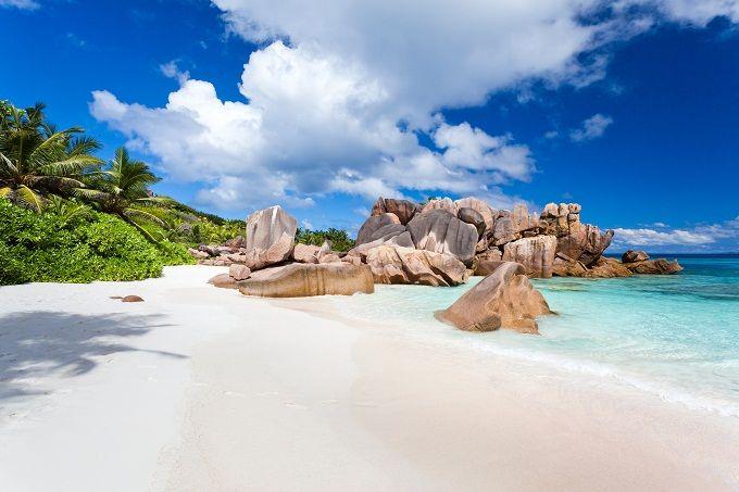 SEYCHELLES Un arcipelago di 115 isolette spettacolari, lambite dalle acque dell'Oceano Indiano, con una ricchezza del paesaggio così varia che vi stupirà, sopra e sotto l'acqua: questo è il paradiso dei sub e l'inverno il periodo migliore per le immersioni. Mahè e Digue sono le isole più richieste, ma di spiagge bellissime ce ne sono un'infinità: