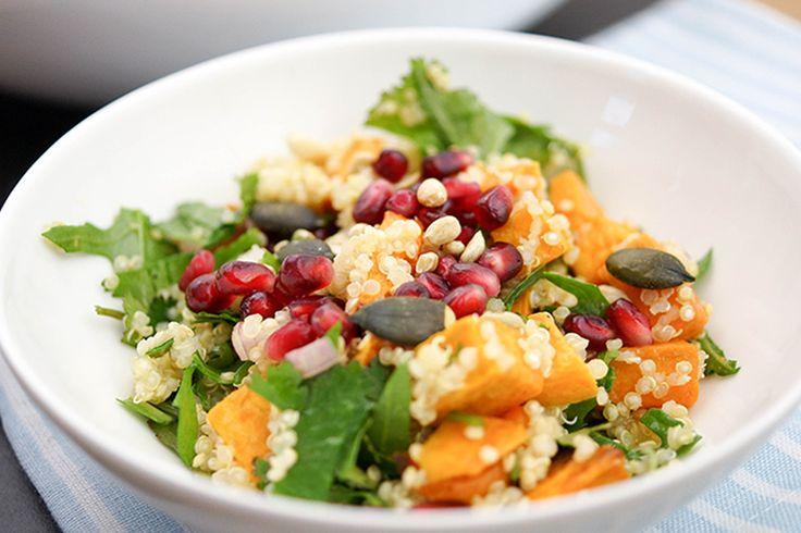 Dieser Salat mit Süßkartoffeln, Quinoa, Rucola und Granatapfelkernen wird noch durch geröstete Nüsse und Koriander in einem Honig-Limonen-Dressing veredelt. Ihr könnt ihn zu Mittag oder auch als Ab…