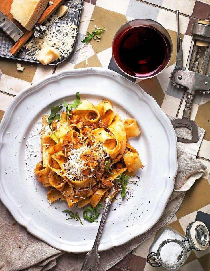 Bjud på slow food-ragu på vildsvin till papardellepasta och ett glas rött. Foto Matilda Lindeblad. http://www.lantliv.com/mat-vin/ragu-pa-vildsvin/